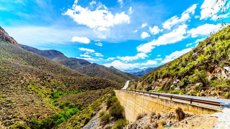 印象深刻的Huisrivierpas, Huis河通行证,在高速公路62在Ladismith和Calitzdorp之间在西部C小的南部非洲的干旱台地高原  库存图片