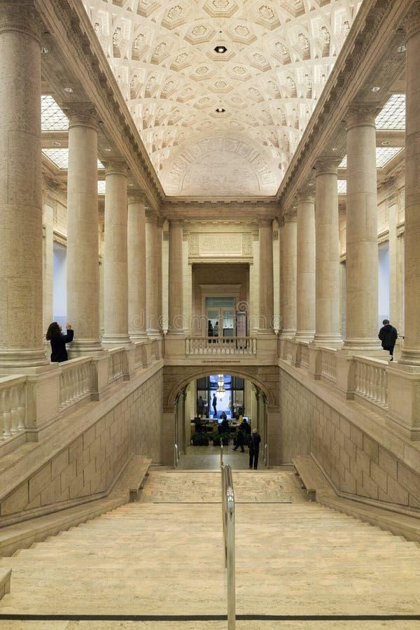 印象深刻的专栏和楼梯在Ar的亚洲博物馆里面 免版税库存图片
