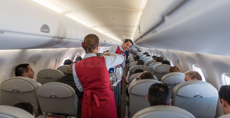 危地马拉- 2017年11月22日:AeroMexico飞机、客舱乘员组工作和Provinding食物 免版税库存图片