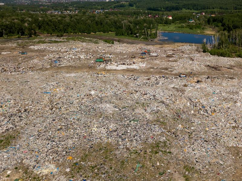 危机生态学环境照片污染 从大垃圾堆飞行寄生虫的空中顶视图照片  在垃圾堆或垃圾填埋nea的垃圾堆 图库摄影