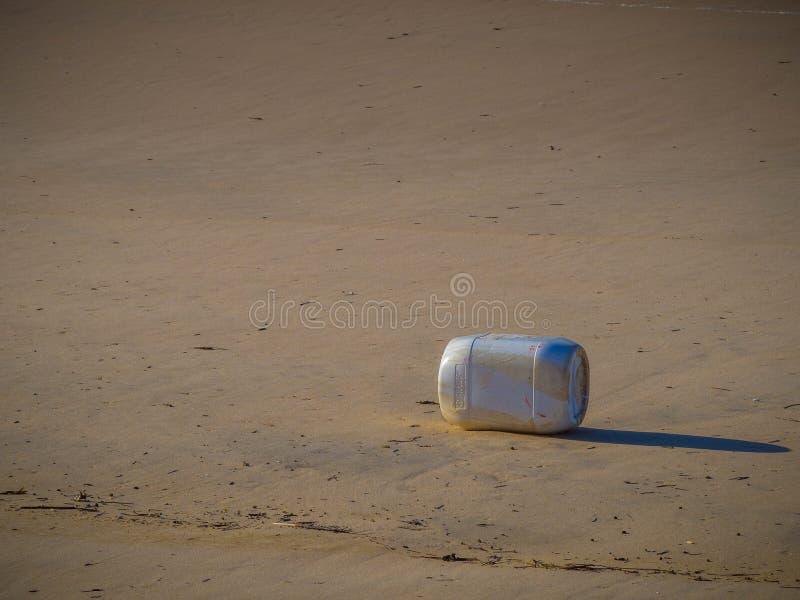 危机生态学环境照片污染 海滩污染 一个老,塑料瓶 免版税库存照片