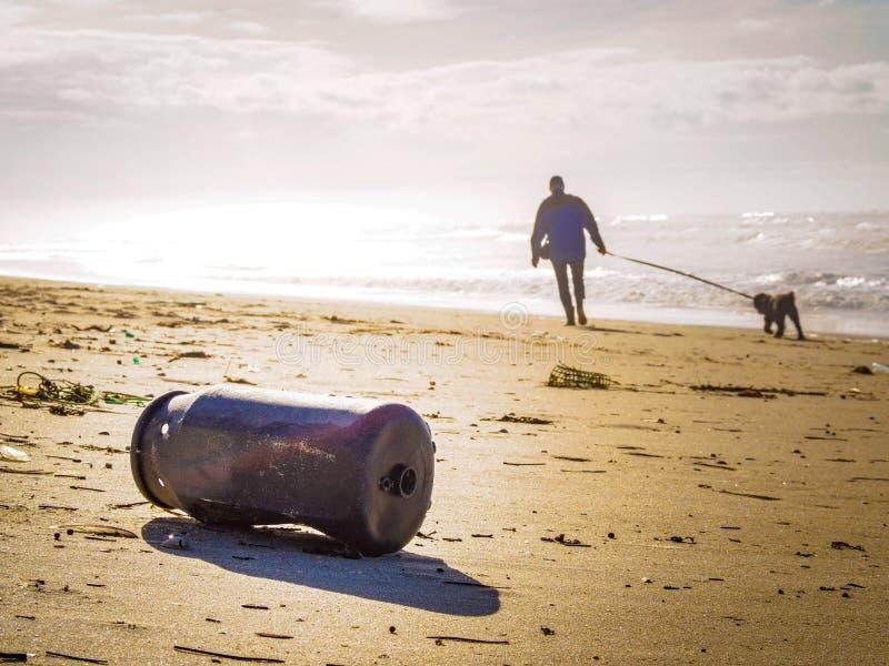 危机生态学环境照片污染 海滩污染 老,被腐蚀的纬向条花 免版税库存图片