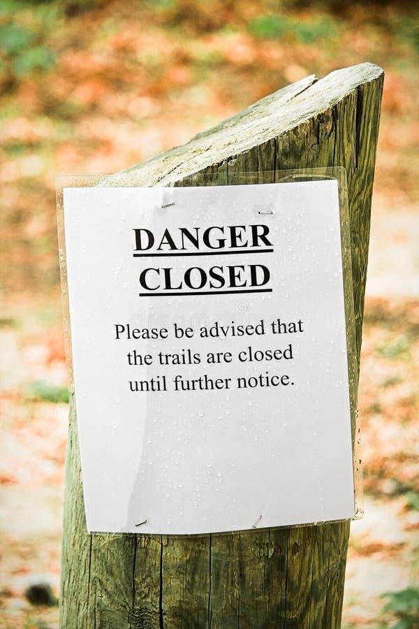 危险供徒步旅行的小道闭合的标志的特写镜头 免版税库存照片