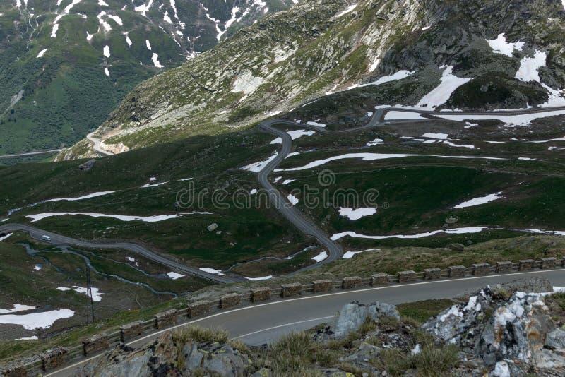 危险全景蜒蜒路高在阿尔卑斯 免版税库存图片