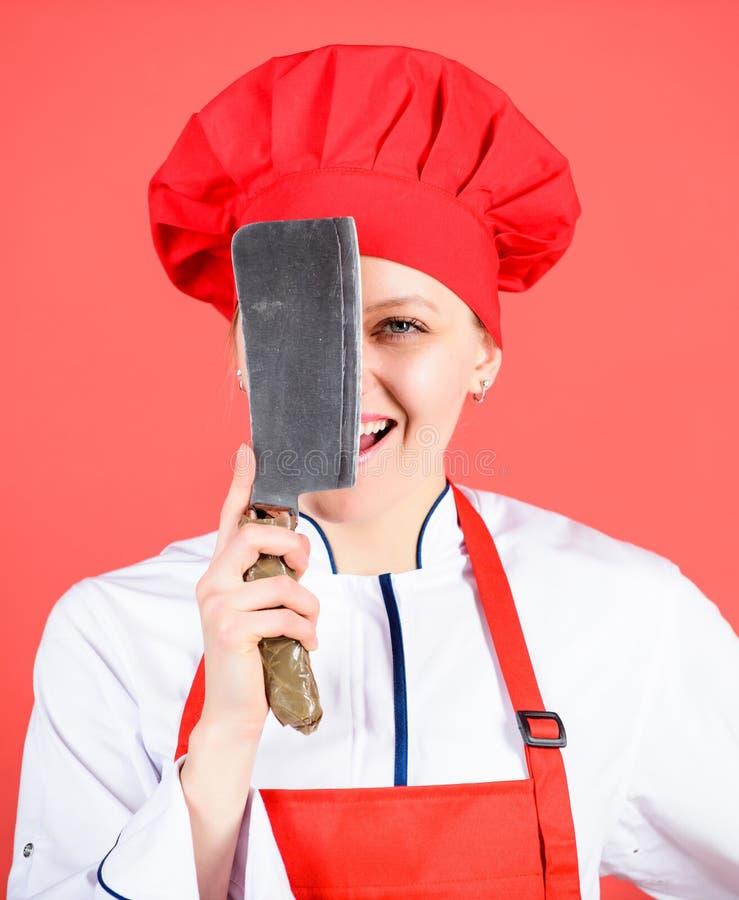 危险夫人 买的最佳的刀子 r 小心,当切开时 妇女厨师举行快刀 剁食物喜欢 库存图片