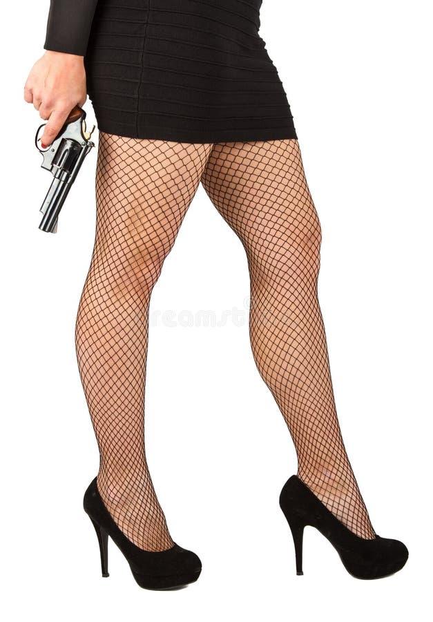 危险妇女的腿有手枪和黑鞋子的 库存图片