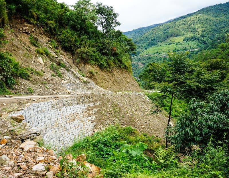 危险山路在不丹 免版税图库摄影