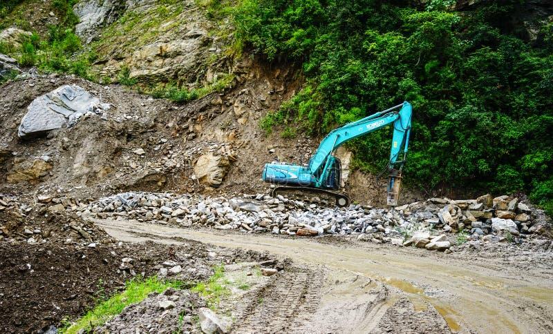 危险山路在不丹 免版税库存图片