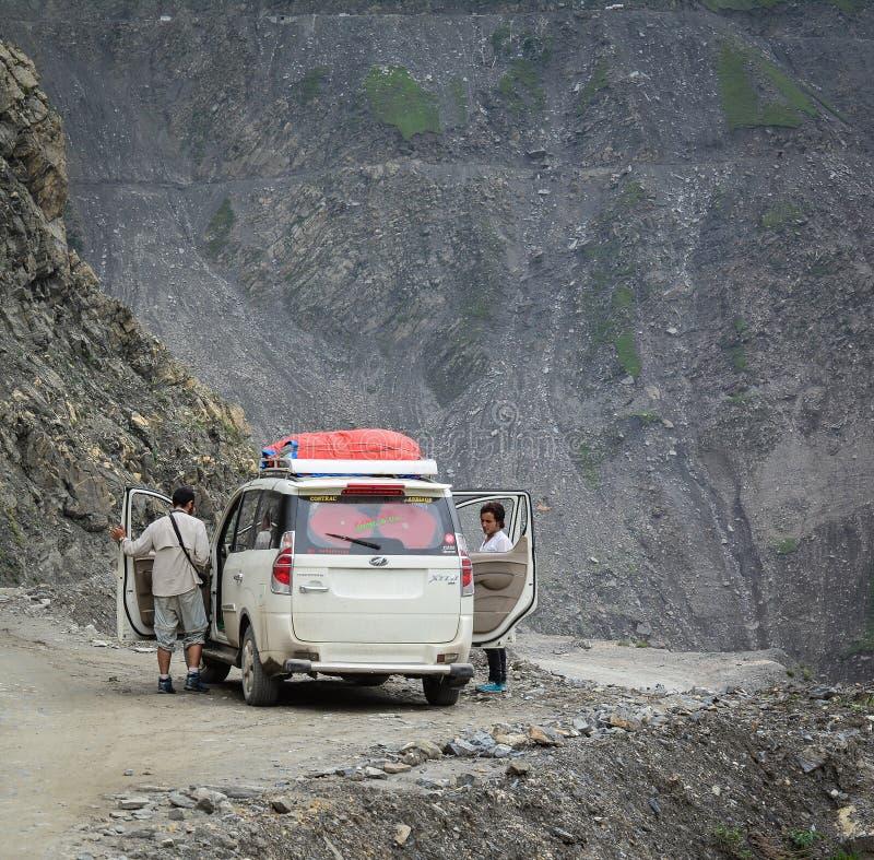 危险山路在北印度 免版税图库摄影
