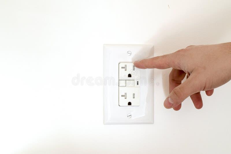 危险手指接近电子插口 库存图片