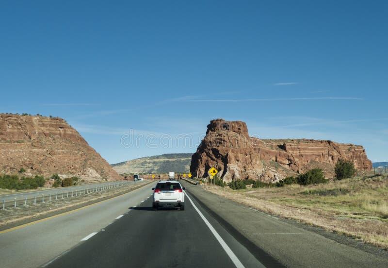 危险新墨西哥标志在山高速公路变成和落的岩石 库存图片