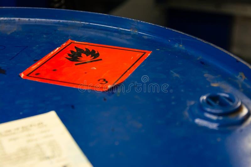 危险易燃的标志桶顶面工业蓝色贴纸Ig 免版税图库摄影