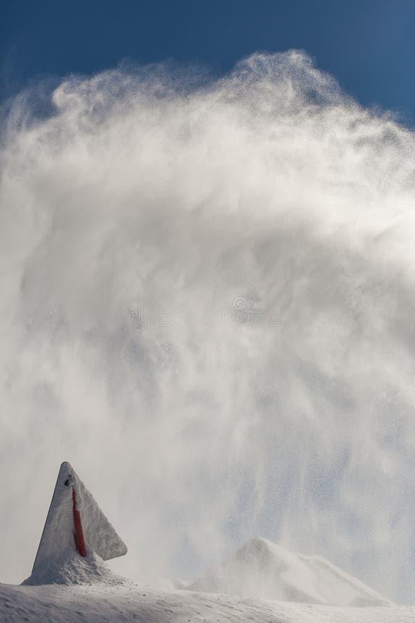 危险标志,报道用雪,在晴天,在罗斯峰顶山顶部 免版税库存照片