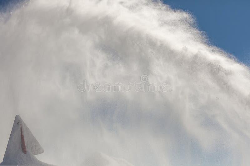 危险标志,报道用雪,在晴天,在罗斯峰顶山顶部 库存照片