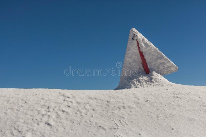 危险标志,报道用雪,在晴天,在罗斯峰顶山顶部 库存图片