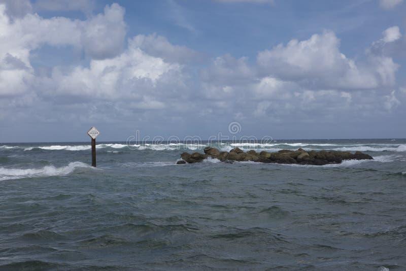 危险标志-被淹没的岩石 库存图片