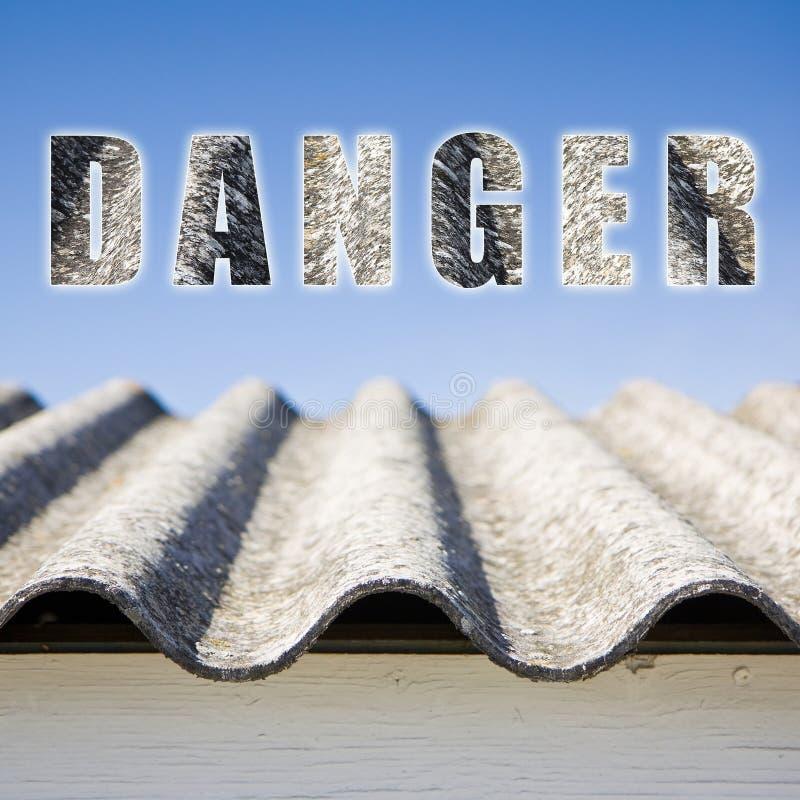 危险石棉屋顶概念 图库摄影