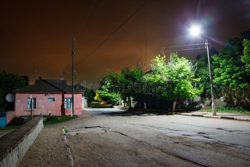 危险街道在晚上 镇郊区在午夜 空的运输路线 库存照片