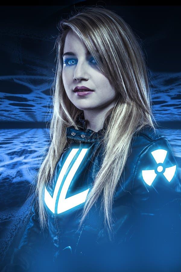 危险,有蓝眼睛的女孩,幻想场面,未来战士 免版税图库摄影