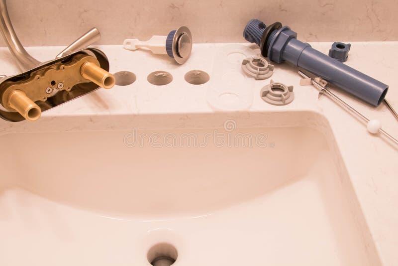 即可安装卫生间的龙头和的流失 免版税库存图片