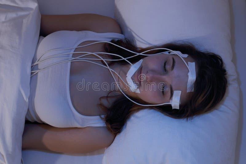 即妇女睡着的measering的脑波在睡眠实验室 库存图片