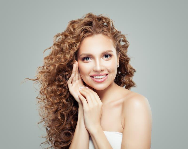 卷发妇女 有hatural构成和长的健康波浪发型的美女 库存图片