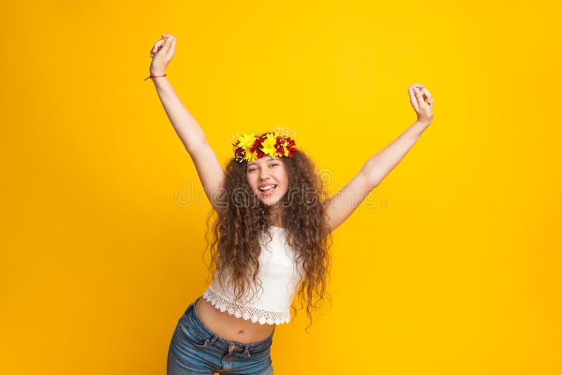 卷发的女孩佩带的花冠欢呼 免版税库存图片