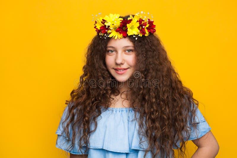卷发的深色的妇女佩带的花冠 图库摄影