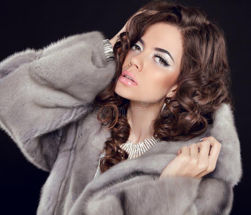 卷发 构成 美丽的女孩纵向 深色的时尚wo 免版税库存图片