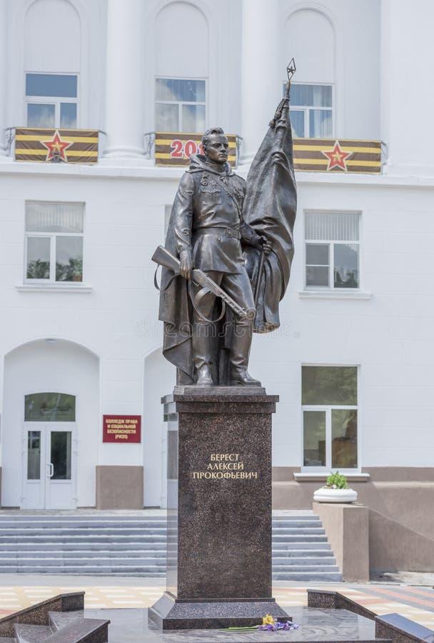 卷扬在Reichstag A的纪念碑党胜利横幅 免版税库存照片