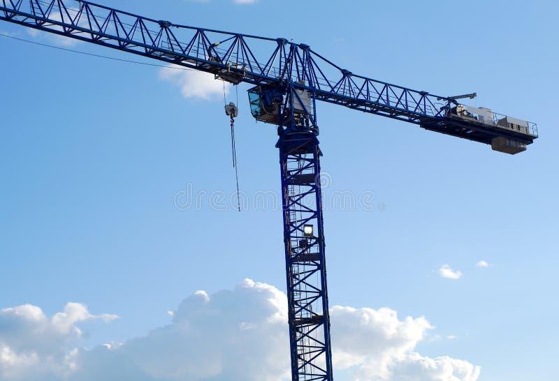 卷扬工地工作起重机天空蔚蓝起重机械建筑项目 库存照片