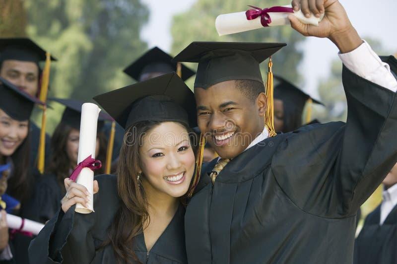 卷扬文凭的毕业生外面 库存照片