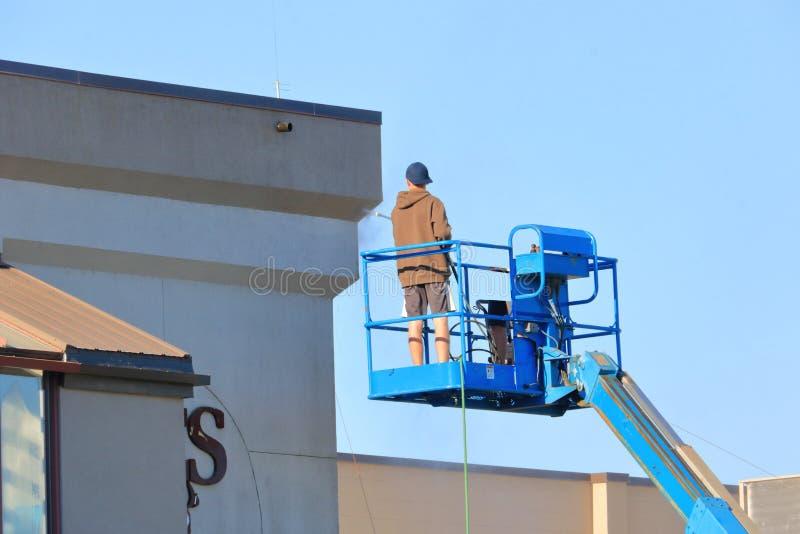 卷扬机力量洗涤的大厦的工作者 免版税库存照片