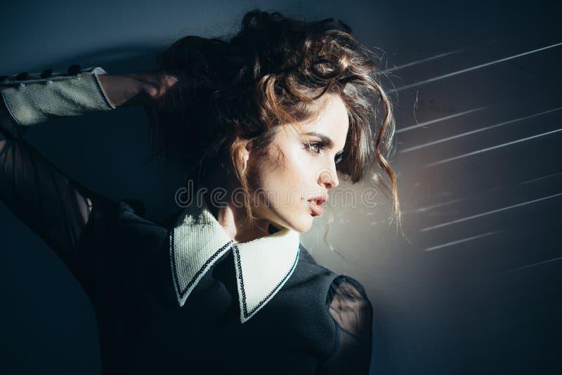 卷曲典雅的女孩头发 秀丽和时尚神色 华美和美丽 有构成的,经典样式葡萄酒妇女 免版税库存照片