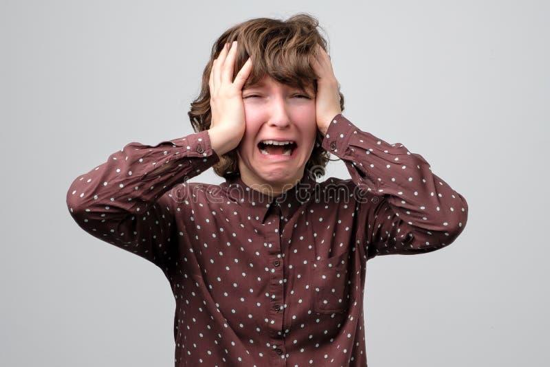 卷曲年轻女人哭泣 悲伤情感概念 库存图片