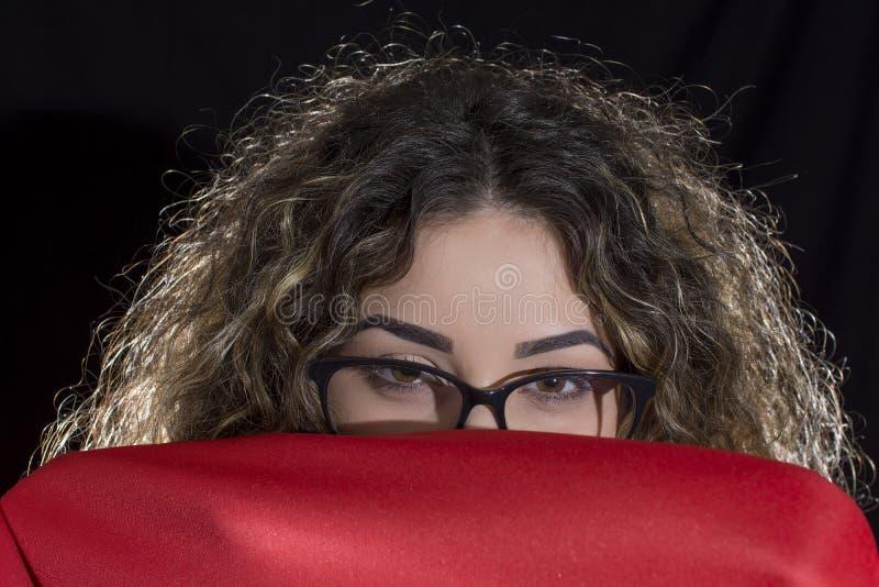 卷曲白肤金发的妇女 免版税库存图片