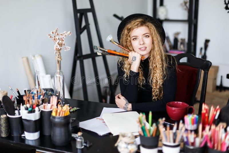 卷曲艺术家图画在她的演播室 图库摄影