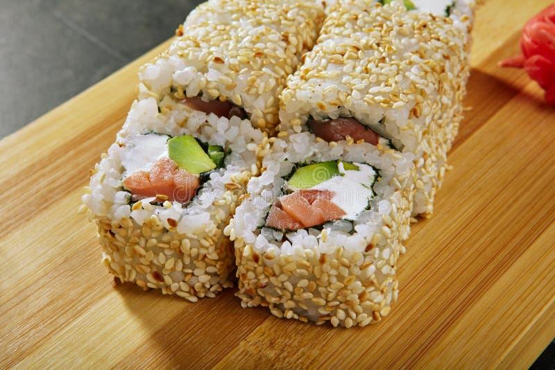 卷用里面熏制鲑鱼,乳脂干酪和鲕梨 图库摄影
