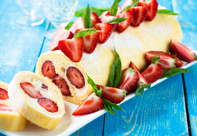 卷蛋糕蛋糕用草莓 库存图片