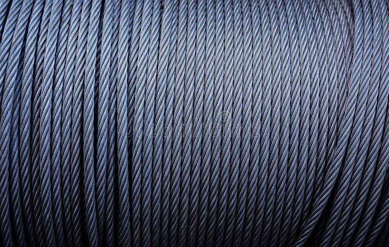卷起工业缚住 被镀锌的金属缆绳背景在绞盘的 库存照片
