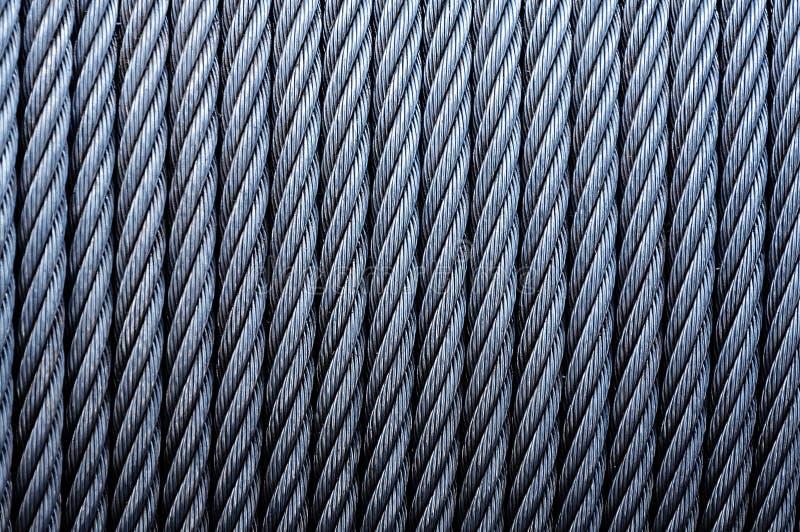 卷起工业缚住 被镀锌的金属缆绳背景在绞盘的 免版税库存照片