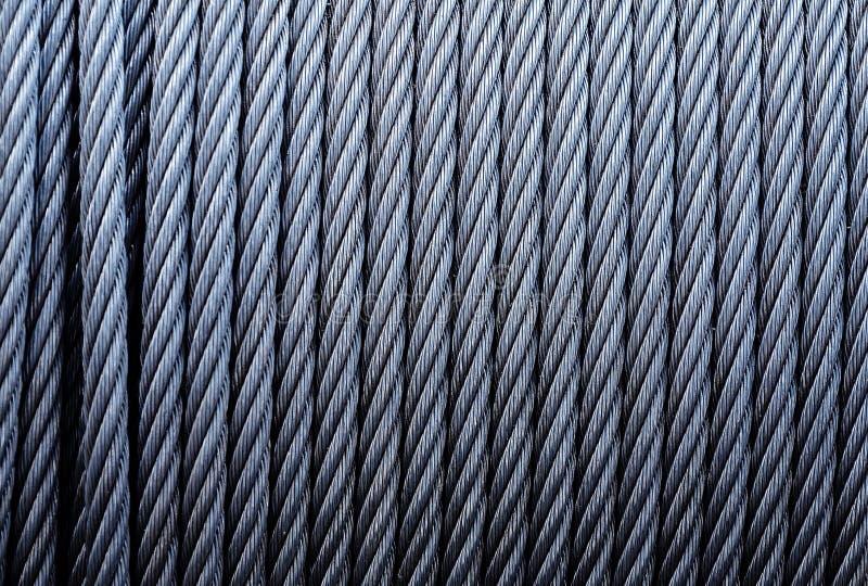 卷起工业缚住 被镀锌的金属缆绳背景在绞盘的 免版税图库摄影
