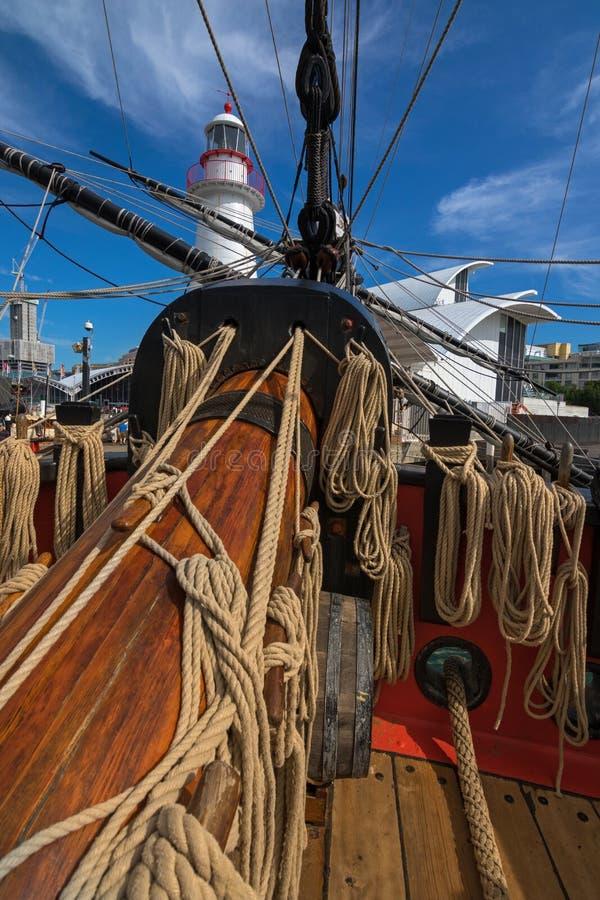 卷起的绳索和船首斜桅高船HMB foredeck的竭力 免版税库存照片