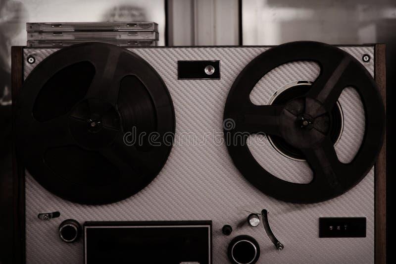 卷轴录音机,老,葡萄酒,便携式的开盘式的管磁带记录器 库存照片