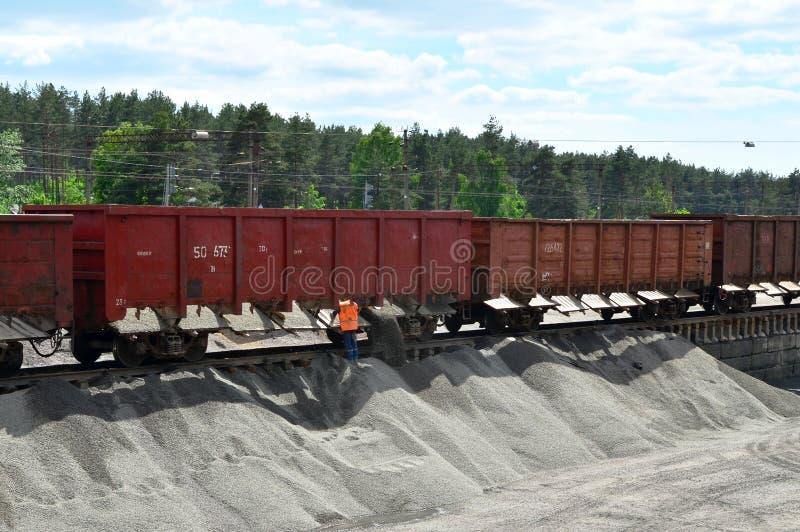 卸载从铁货车的散货高铁路平台 免版税库存图片