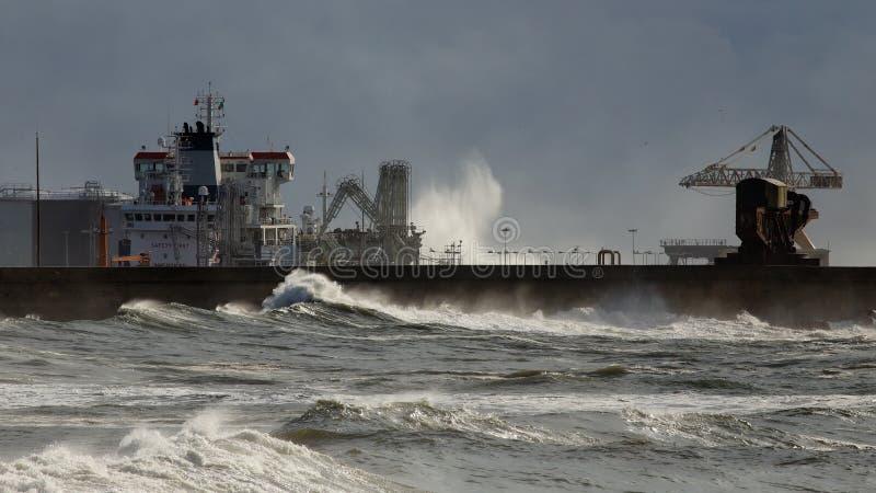 卸载化学制品的船 免版税库存照片