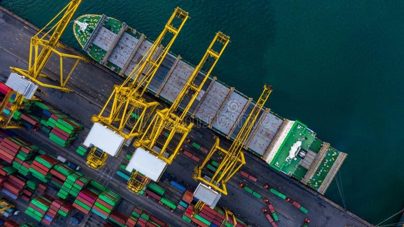 卸载在进出口国际性组织的事务后勤和运输的空中顶视图容器货船由容器 库存图片