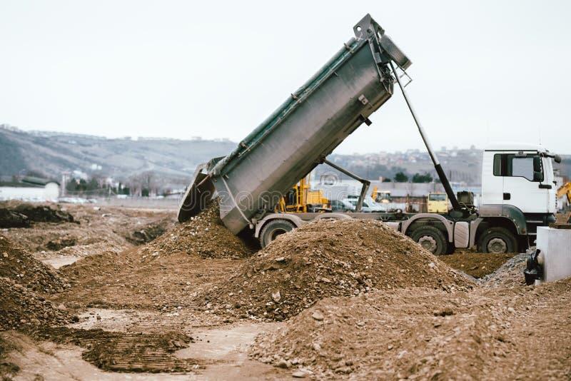 卸载成水平的工业耐用倾销者卡车石渣 库存图片