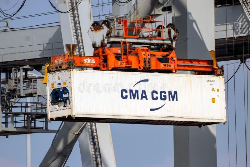 卸载运输货柜的口岸起重机 免版税库存图片