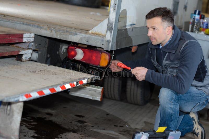 卸载送货卡车的邮递员 免版税库存图片